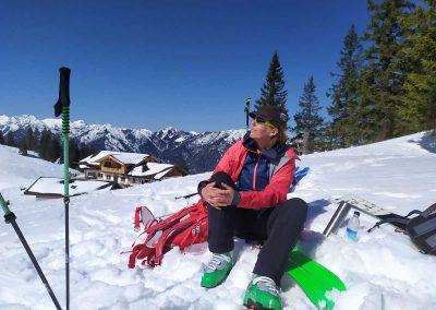 Bergwanderführer im Schnee